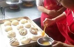 学员为面包刷蛋液