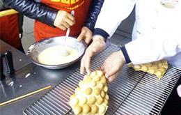 老师教导学员烘焙鸡蛋仔
